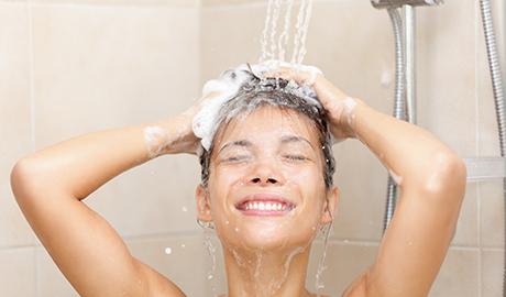 髪を洗い流す女性